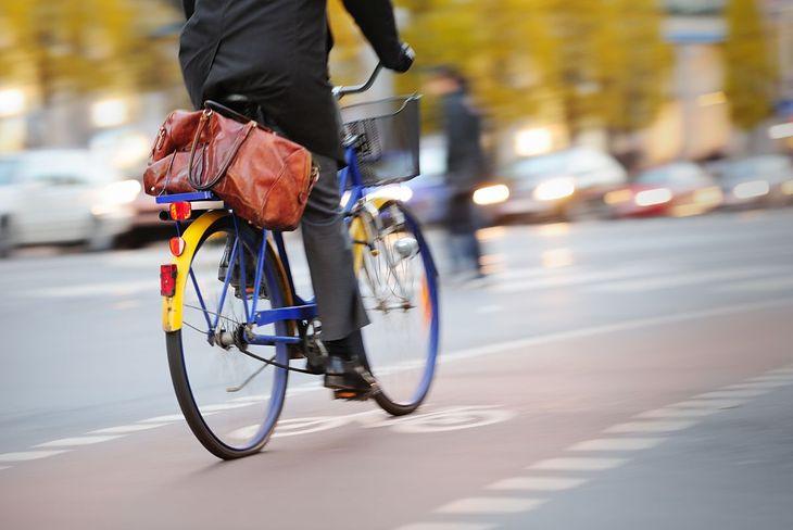 Mężczyzna jadący na rowerze miejskim