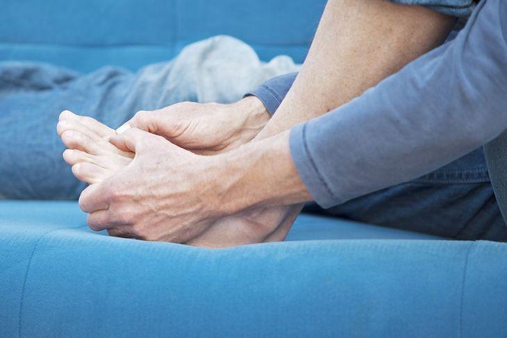 Stan zapalny i silny ból w okolicach pierwszego palca stopy - to objaw dny moczanowej