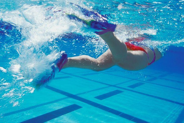Na zdjęciu: pływak w płetwach