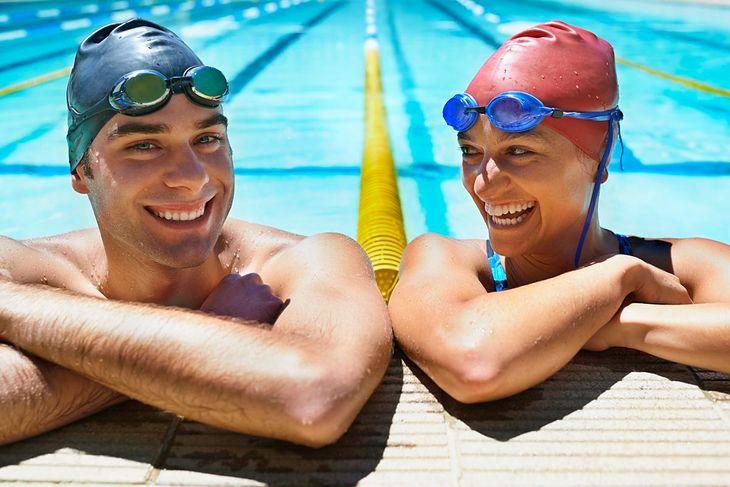 Mężczyzna i kobieta w basenie sportowym