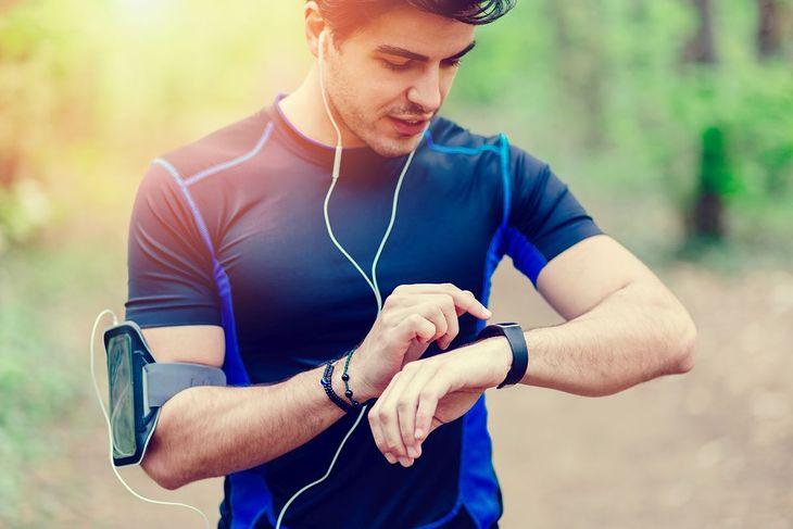 Mężczyzna z zegarkiem do biegania (zdjęcie ilustracyjne)
