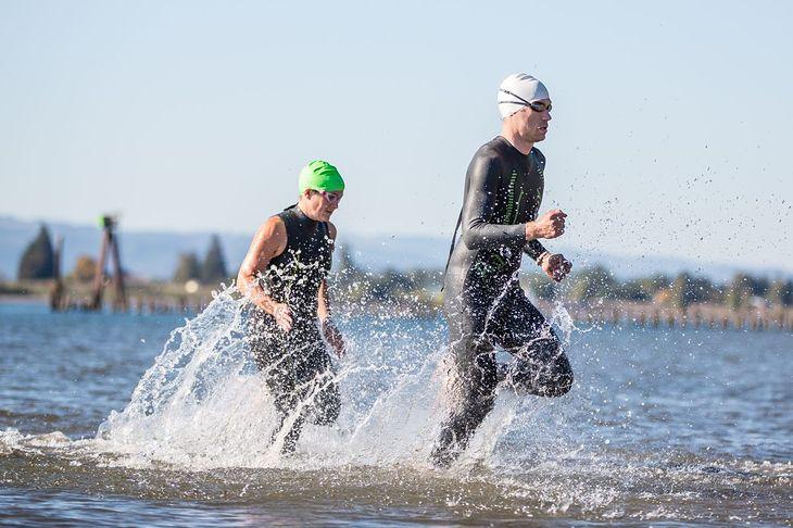 Zawodnicy w piankach podczas pierwszego etapu triathlonu - pływania
