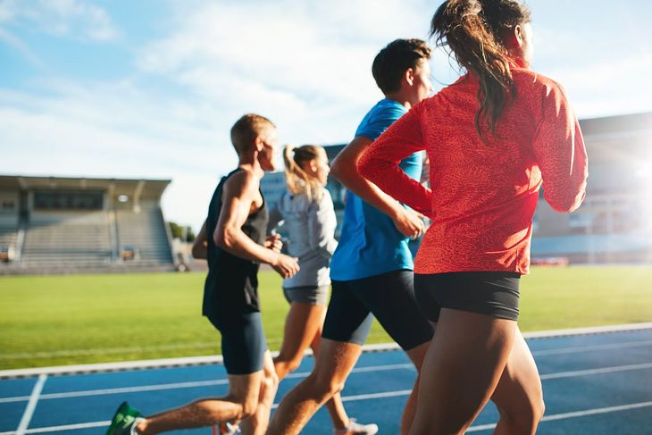 Biegacze podczas treningu na stadionie
