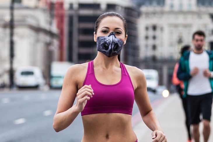 Kobieta biega w masce antysmogowej