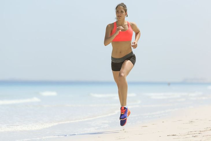 Kobieta biegająca latem na plaży