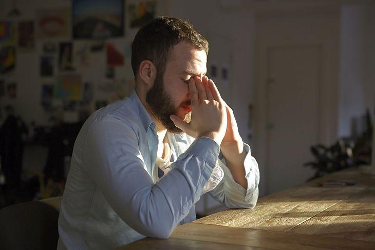 Zestresowany mężczyzna (zdjęcie ilustracyjne)