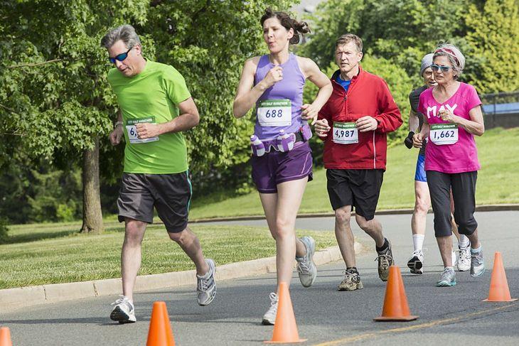 Zawodnicy startujący w biegu ulicznym