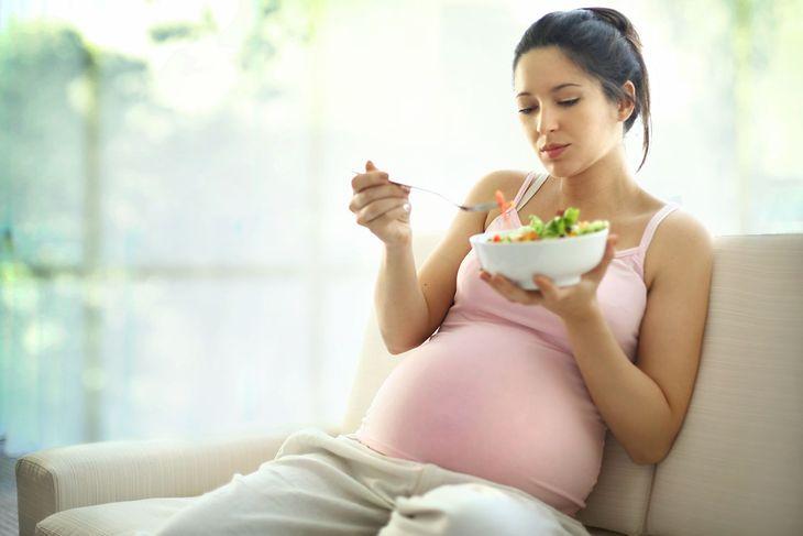 """""""Kobieta w ciąży powinna jeść za dwoje"""" - każdy zna to powiedzenie. Dziś nie jest już ono aktualne"""