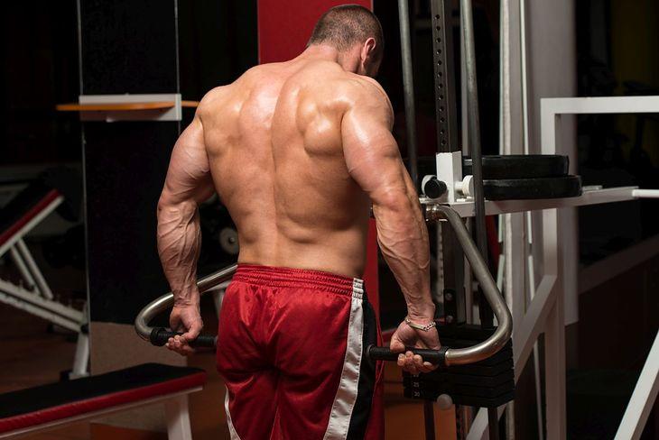 Mięsień czworoboczny grzbietu można ćwiczyć na kilka sposobów