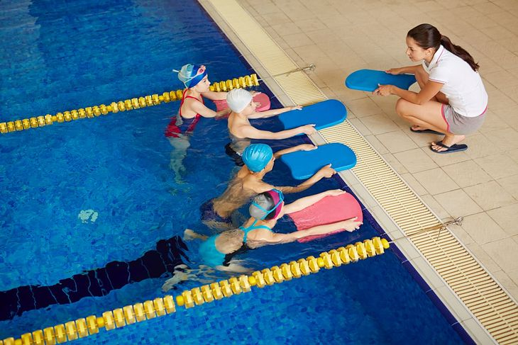 Nauczycielka pływania z dziećmi na basenie