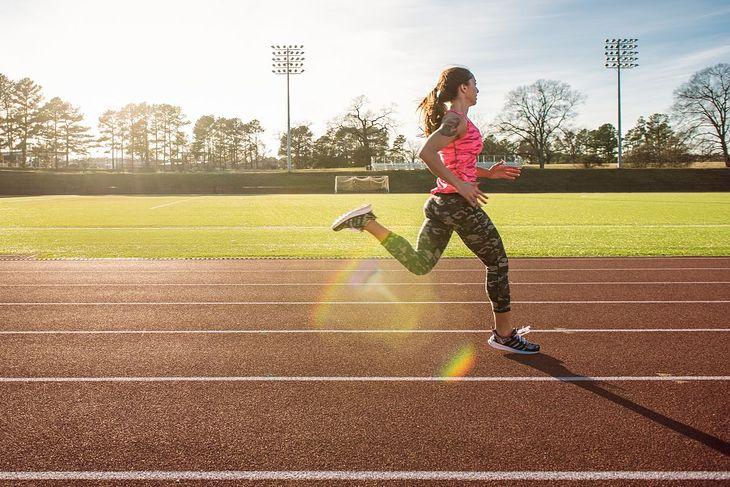 Kobieta wykonująca trening na bieżni (zdjęcie ilustracyjne)