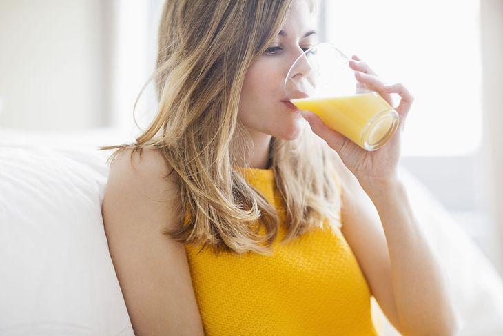 Dieta Gersona zakłada picie 13 porcji soku każdego dnia