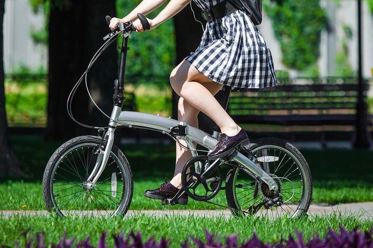 Kobieta jadąca na rowerze składanym