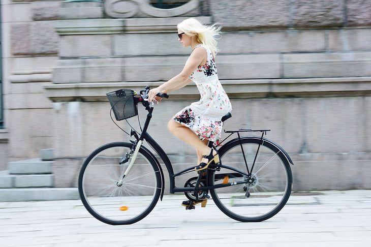 Kobieta jadąca na rowerze (zdjęcie ilustracyjne)