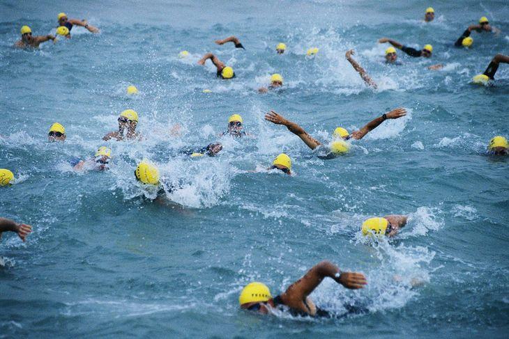 Pływanie jest pierwszą konkurencją triathlonu. Kolejne to kolarstwo i bieganie