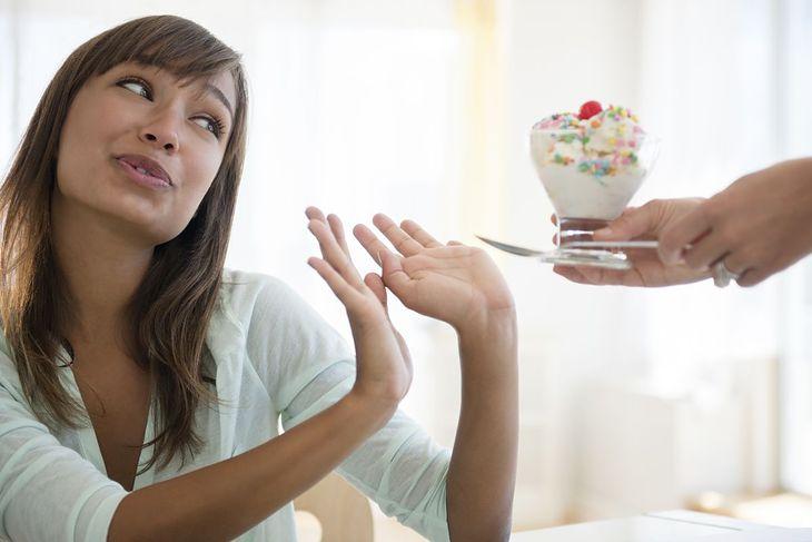 Kobieta odmawia słodyczy