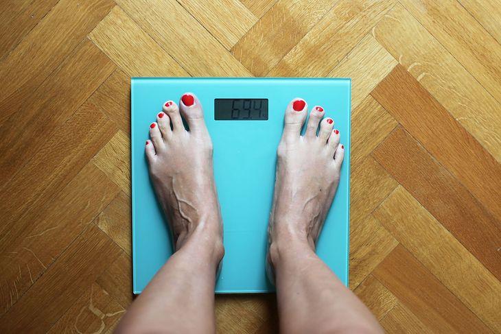 Na zdjęciu: kobieta na wadze