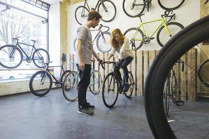 Kobieta na rowerze w salonie rowerowym