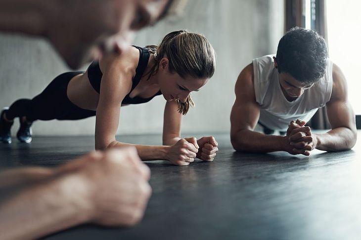 Kobieta i mężczyzna wykonują plank
