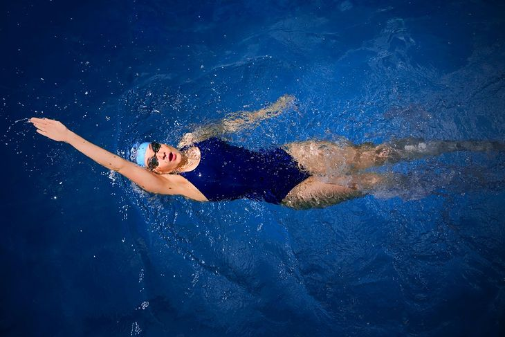 Kobieta płynąca stylem grzbietowym