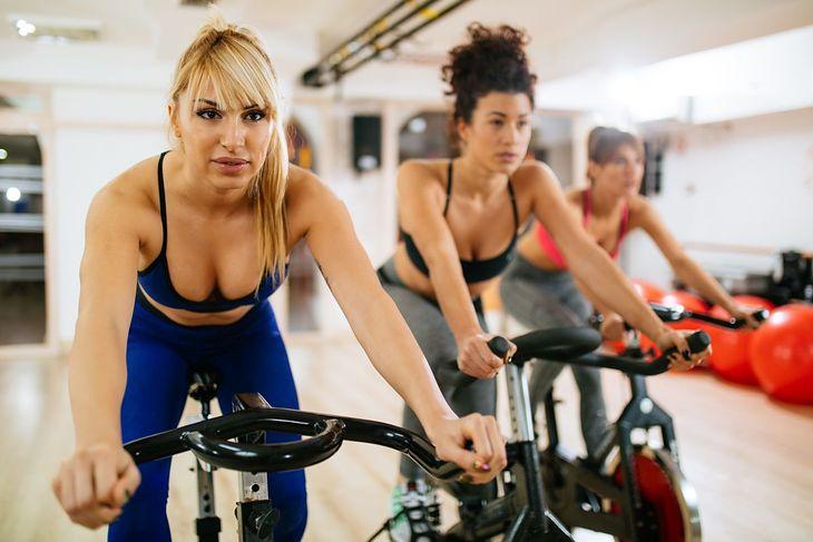 Kobiety uprawiające indoor cycling