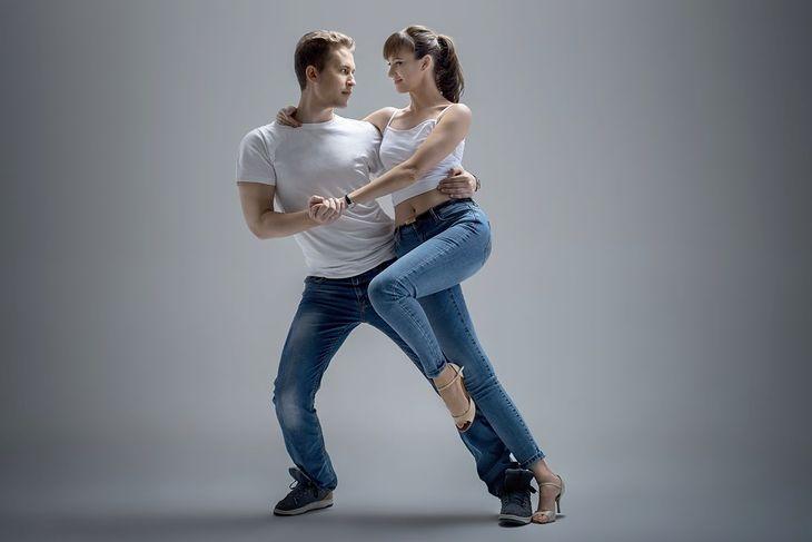 Para tańcząca kizombę