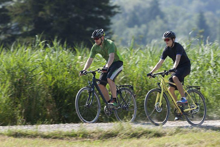 Mężczyźni na rowerach trekkingowych (zdjęcie ilustracyjne)