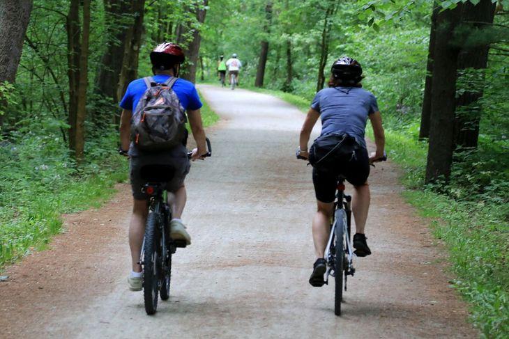 Mężczyzna i kobieta jadący na rowerach (zdjęcie ilustracyjne)