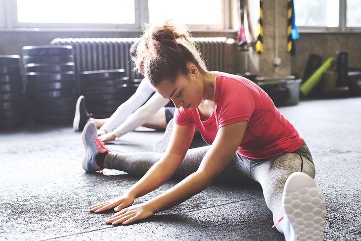 Kobiety wykonują ćwiczenia rozciągające