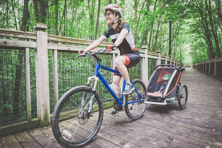 Dziecko w przyczepce rowerowej