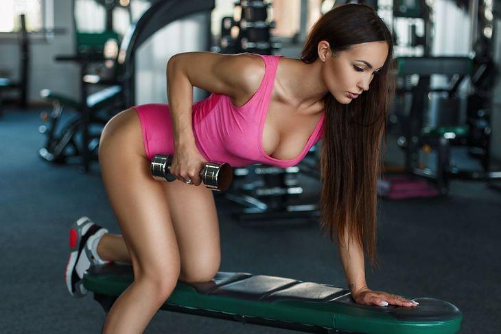 Ćwiczenia ujędrniające biust można wykonywać z hantlami albo z oporem własnego ciała