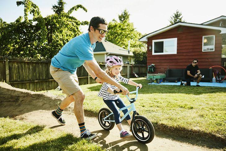 Dziecko jadące na rowerku biegowym (zdjęcie ilustracyjne)