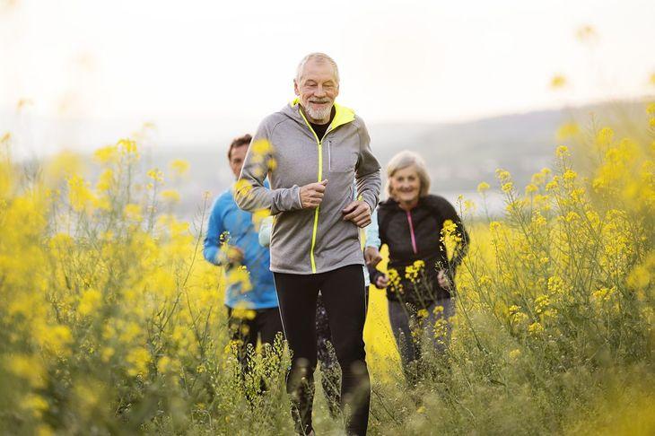 Seniorzy uprawiający jogging (zdjęcie ilustracyjne)