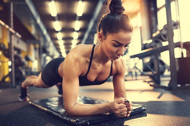 Celem plank challenge jest wytrzymanie w pozycji deski przez 5 minut
