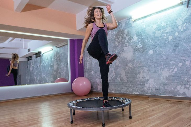 Kobieta ćwicząca na trampolinie (zdjęcie ilustracyjne)
