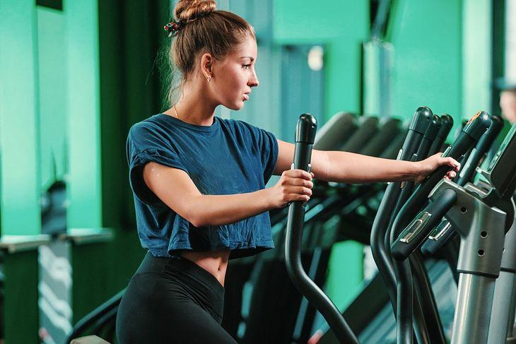 Kobieta ćwicząca na orbitreku