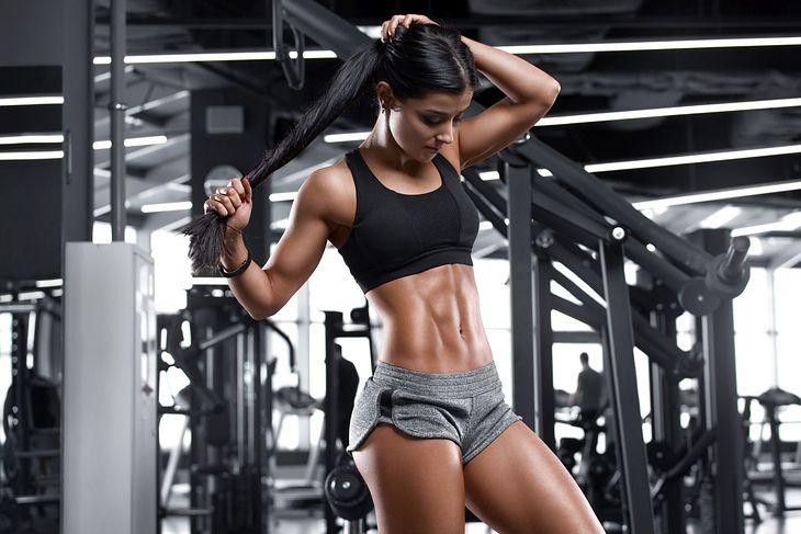 Ćwiczenia pomogą ukształtować płaski brzuch, ale należy pamiętać także o innych kwestiach