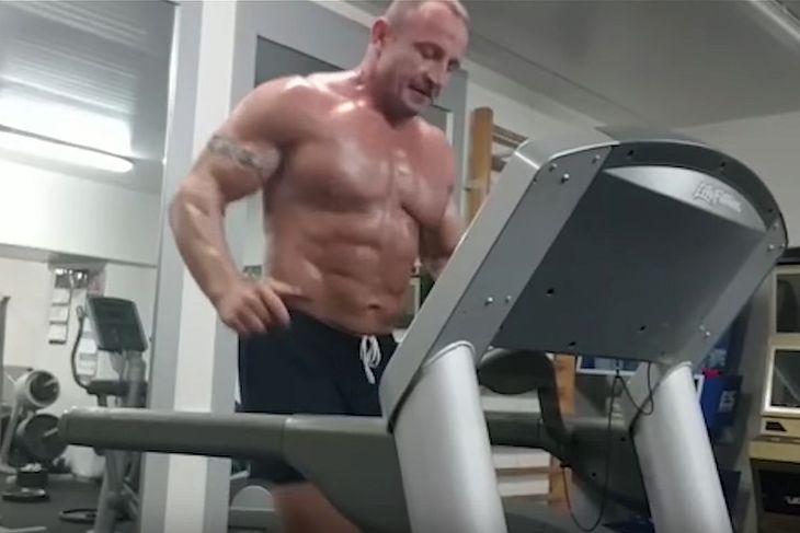 Mariusz Pudzianowski podczas treningu na bieżni