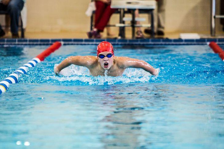 W pływaniu wyróżniamy cztery style. Na zdjęciu styl motylkowy, czyli delfin