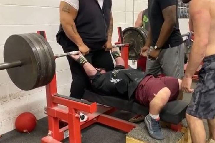 Jeremy Smith podnosi sztangę ważącą 225 kg