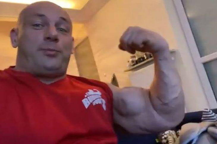 Robert Burneika z imponującym bicepsem