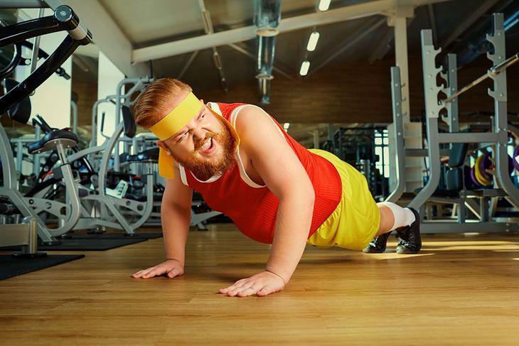 Ćwiczenie plank (deska) - postawa na zdjęciu wymaga korekcji