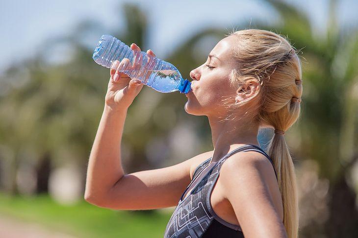 Podczas biegu należy pamiętać o właściwym nawadnianiu