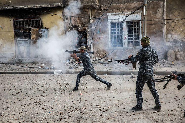 Irakijska policja ostrzeliwuje siły ISIS w obszarze Starego Miasta w Mosulu.