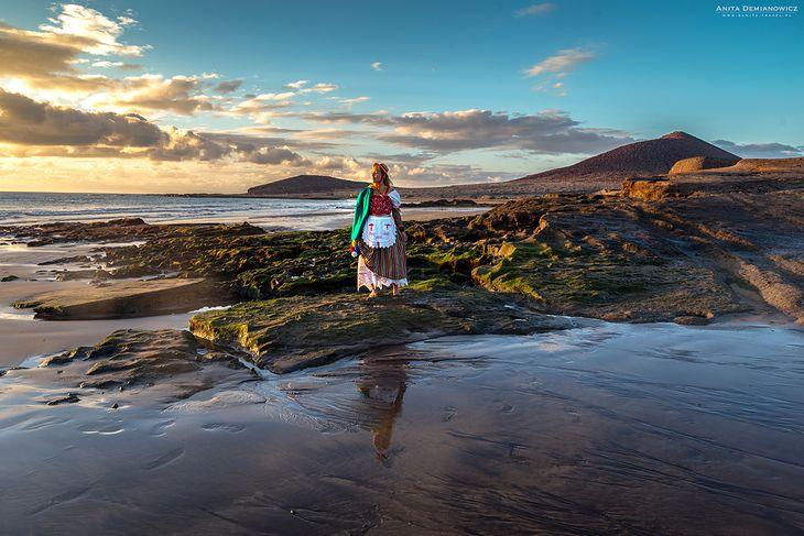 Teneryfa i plaża w El Medano z wulkanem Monatna Roja w tle.