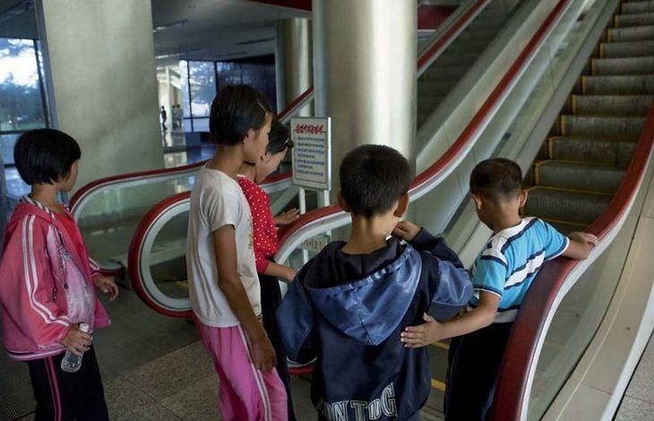 Dzieci pochodzące ze wsi boją się używać schodów ruchomych.