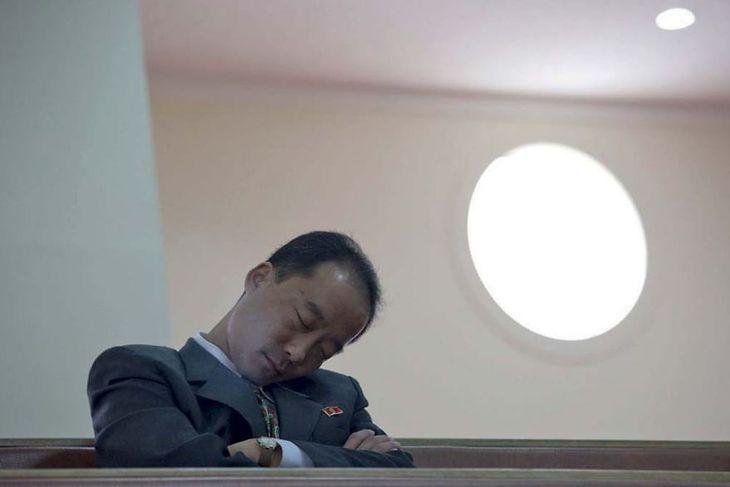 Nie można pokazywać oficjeli w złym świetle. Ten spał w jednej z ławek w kościele katolickim.