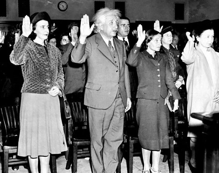 Albert Einstein przyjmujący obywatelstwo USA, by uniknąć deportacji do III Rzeszy (1940)