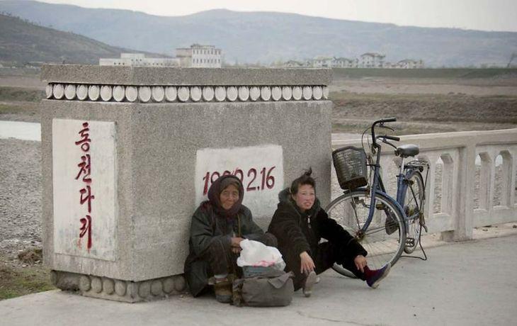 Fotografowanie ludzi, którzy są zmęczeni pracą w polu oraz dojeżdżaniem do niej na rowerze jest zabronione.