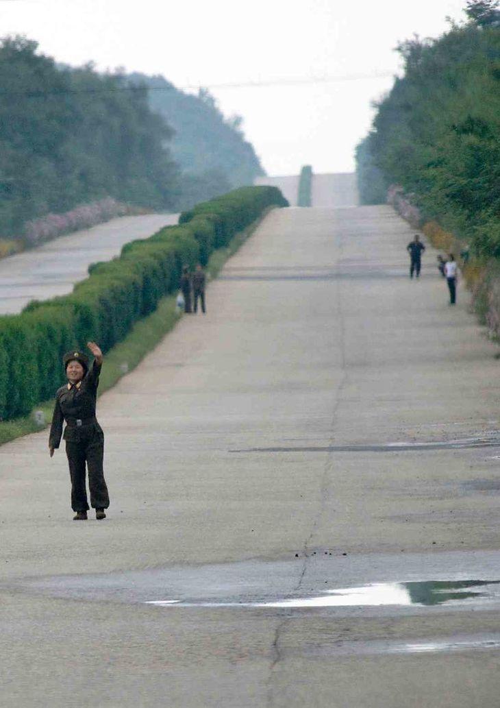 Transport publiczny niemalże nie istnieje. Obywatele potrzebują zgody na przemieszczanie się z jednego punktu do drugiego, w związku z czym na autostradach widać wielu autostopowiczów.